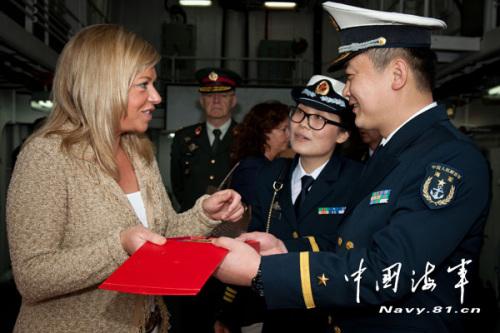 国产某型保护舰舰长向荷兰国防大臣杰娅妮娜 汉尼斯--普拉茨赫尔特密斯赠予舰徽