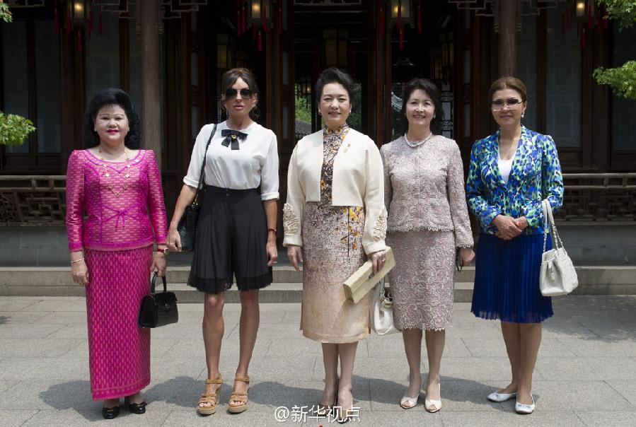 彭丽媛/彭丽媛邀出席亚信峰会国家领导人夫人观顾绣赏昆曲