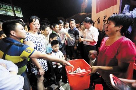 6月4日晚,殷晓非在湖南省娄底市二大桥为救人牺牲。图为娄底市市民踊跃为英雄家属捐款。 郭国权 摄