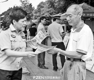 昨日,安泰派出所民警向市民发放防骗手册。