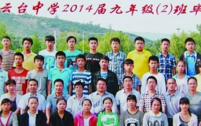 [提醒]比照两张相片,从右侧相片中找出和左侧相片圈中雷同人物,他那是被PS进相片的校长。图像来自收集