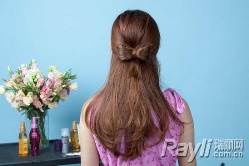 用发尾的头发将蝴蝶结中间位置进行缠绕.