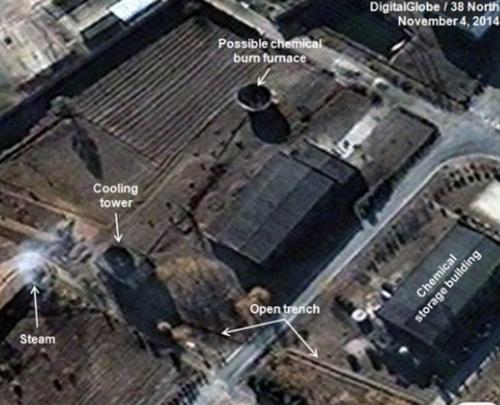 拍摄于本月4日的卫星照片显示,宁边一座从核燃料中提炼钚的建筑物和建筑物东南方向另一座建筑的大型冷却塔上方有蒸汽冒出(网页截图)   据韩联社11月20日报道,据美国霍普金斯大学朝鲜专题网站北纬38度19日分析,朝鲜似乎已经在宁边核设施中为重启核燃料再处理设施(放射化学实验室)做好了准备。   北纬38度网站19日发表报告称,对拍摄于本月4日的卫星照片进行分析后发现,朝鲜宁边核设施中,一座从核燃料中提炼钚的建筑物和建筑物东南方向另一座建筑的大型冷却塔上方有蒸汽冒出。   报告指出,通过今年夏天开