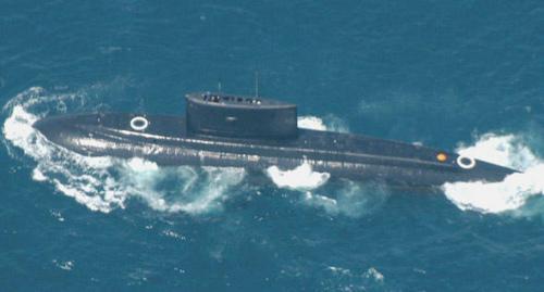 """资料图:""""基洛""""级根据其英文名称(Kilo)的首字母也称K级,图为基洛级潜艇在水面航行。"""