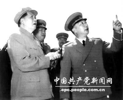 1957年,毛泽东和罗荣桓(左二)、贺龙(左三)、聂荣臻(右一)观看飞行表演