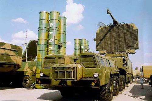 """俄罗斯最新研制的""""凯旋""""S-400防空导弹系统。"""