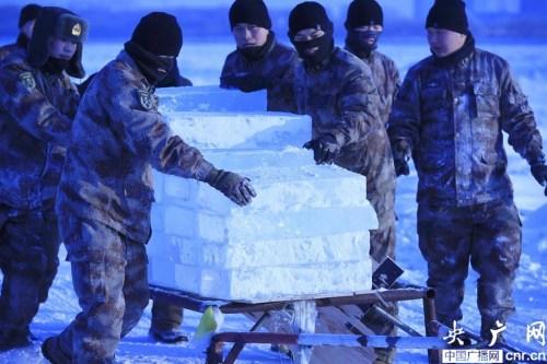 2015年01月21日,黑龙江省黑河市,战士们正在齐心协力用车拖拉冰块。