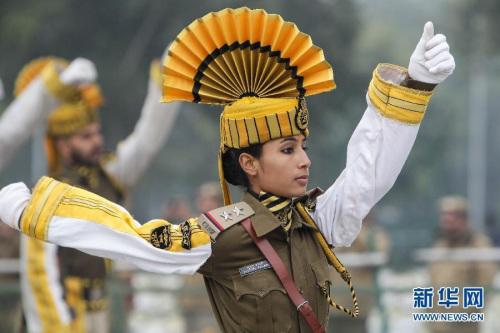 1月21日,在印度首都新德里舉行的共和日閱兵彩排上,印度中央工業安全部隊士兵在國王大道上行進。