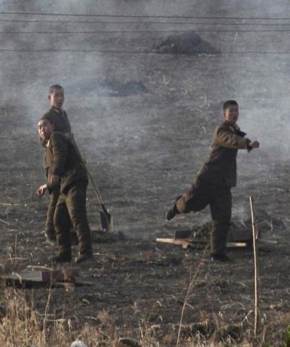 """面对西方记者的镜头""""骚扰"""",朝鲜军人用石头回击。"""
