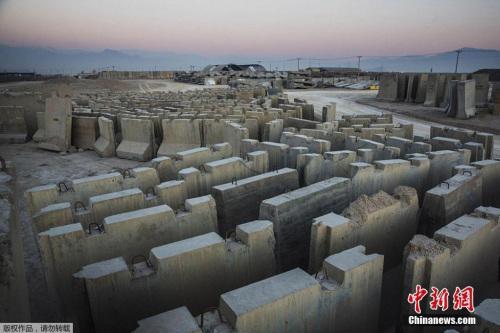 美军撤退后变成空城的阿富汗北部巴格拉姆基地堆满了水泥墩。