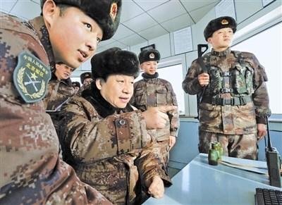 2014年1月26日,习近平主席冒严寒踏冰雪,来到内蒙古军区某边防团三角山哨所,看望执勤的战士。左一为下士张伟。本报记者 周朝荣摄
