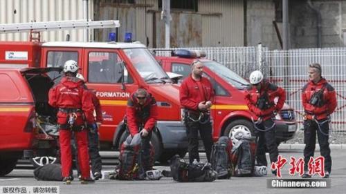 本地时刻2015年3月24日,法国消防队员预备动身返回A320客机坠毁所在。德国之翼一排挤客320飞机在法国南部小镇巴尔瑟洛内特左近山区坠毁,法国警方和航空官员已证明坠机事情。