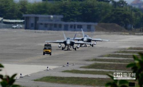 F-18于下午1點10分開始滑行。黃仲裕攝 圖片來源:中國時報