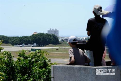 航空迷争睹F-18起飞,险象环生。黄仲裕摄 图片来源:中国时报