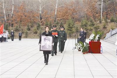 左图:张华义士的支属和胡匪手捧张华的遗像和骨灰,走向坟场,埋葬义士骨灰。皮光平摄