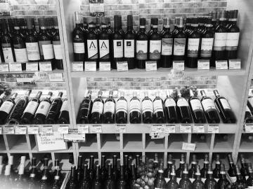 超市里摆放着各种葡萄酒.