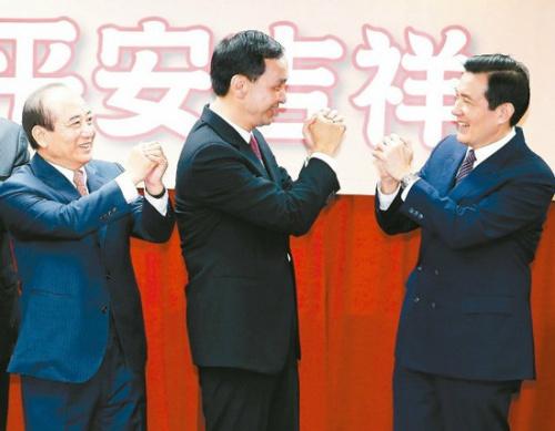 """馬英九(右)、國民黨主席朱立倫(中)、""""立法院長""""王金平(左)在一起。臺灣《聯合報》資料照片"""