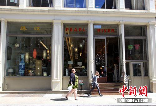 坐落在纽约苏荷区百老汇大道477号的珠江百货,是一家有着44年历史、以经营中国传统商品为主的老店,由于租金猛涨,上周宣布将于今年12月关闭。珠江百货见证了中美贸易从兴起、发展到繁荣的历史,但在曼哈顿租金飞涨和网购蓬勃兴起的双重夹击下,今年底面临关门歇业的命运。业内人士指出,珠江百货的关门或搬迁,将是一个标志性事件,代表着一个时代的变迁,众多曼哈顿中小商户在房租的大幅上涨中被迫关门或易址。 中新社发 阮煜琳 摄