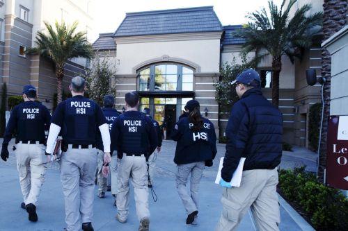 联合执法队正闯入尔湾月子中心。(美国《侨报》资料图 高睿图)