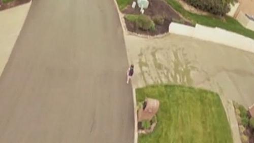 视频截图:厄尔利在网上公布了远程陪伴女儿上学的视频片断。视频显示,他能够从空中监督女儿的行踪。