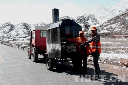 养路工人掉臂雪窖冰天保护公路 拍照:马静