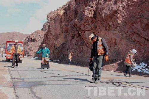 养路工人保护公路 拍照:马静