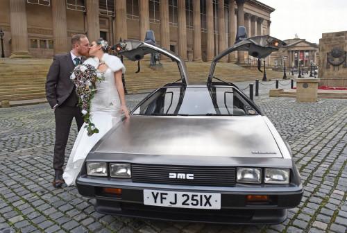 新人用影戏中的酷讯跑车作为婚车。