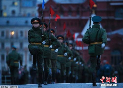 资料图:当地时间2014年5月5日,俄罗斯莫斯科红场,俄军举行阅兵彩排,迎接战胜纳粹德国69周年纪念日。