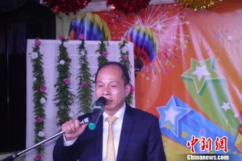 图为:巴西华人协会会长朱苏忠致辞。莫成雄摄