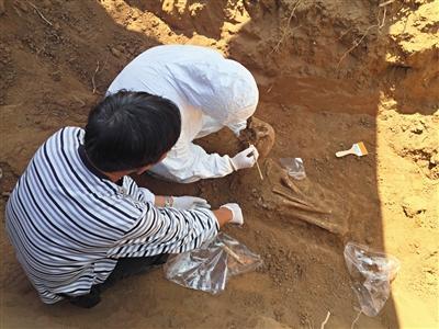 考古学教授陈靓身着防护服在现场领导发掘。