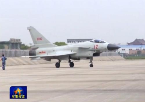 视频截图:歼十战机平安着陆