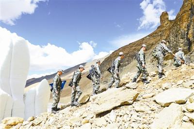 上图:西藏军区岗巴营胡匪巡查在海拔5000多米的边防地上。 刘有飞摄