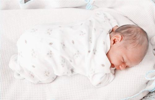 一般擅长交际,性格乐观的孩子会采用这种睡姿,若和别人共睡仍如此