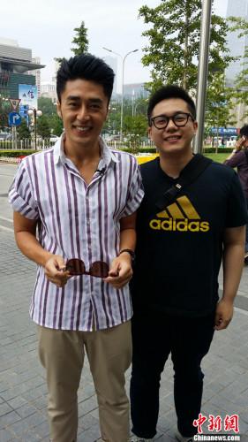 王栢荣(图右)与朋友在北京合影。王栢荣供图
