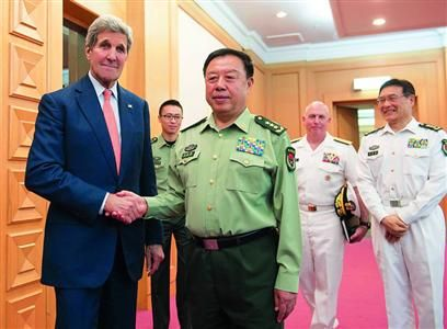 材料图:5月16日,北京,中心军委副主席范长龙在国防部会晤了来访的美国国务卿约翰・克里。