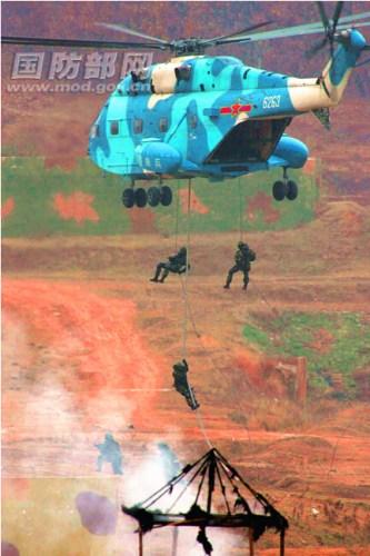 """材料图:""""神鹰-2012""""中白空降兵结合反恐锻炼。 张东贺 摄"""