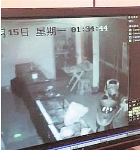 监控拍下小偷从外爬进室内的画面。