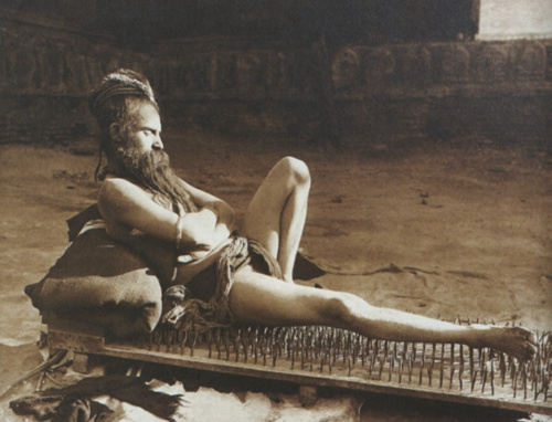 有网友笑称,这让人想起了一些古时的修行者在冥想时躺在钉板上的情形
