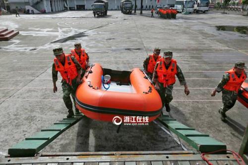 """温州市武警支队220多名胡匪调集待命,预备应答慢慢迫近的飓风""""灿鸿""""。浙江在线记者 张迪/摄"""