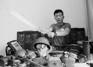 抗战物品收藏是小姬最大的爱好。本报记者 李志华 摄