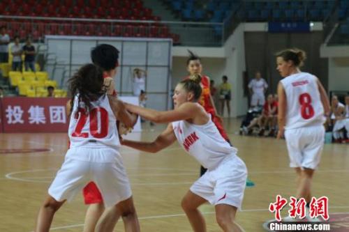 7月21日,2015年洲际女篮顶峰争霸赛在郴州开打。图为国家女篮国奥队迎战丹麦女篮国度队。鲁毅 摄