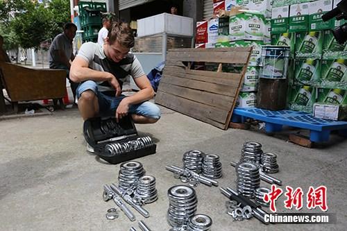 德国选手安东雷,检查商品准备打包。