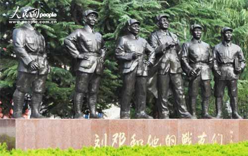 """""""刘邓和他们的战友们""""雕塑矗立在八路军一二九师司令部旧址广场。(徐于凡 摄)"""