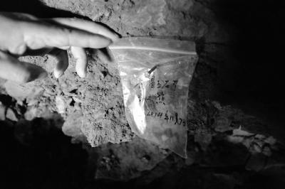 北山洞内黑龙江考古工作者针对文物出土位置的标记。