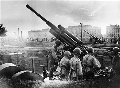 1941年7月28日,苏军在莫斯科高尔基文明公园内的炮兵阵地。