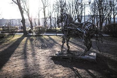 2015年4月11日,高尔基文明公园内的艺术品。新华社发