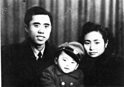 江竹筠和丈夫彭咏梧(左)、儿子彭云(中)的合影。