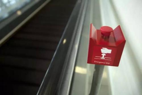 一旦发明电梯存在安然隐患,乘客须果断按下白色紧急按钮。
