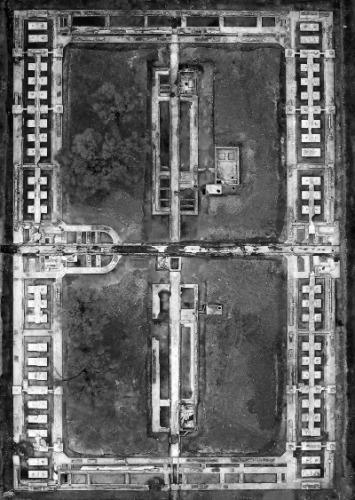 """此次勘探与发掘工作的重点区域""""四方楼""""(细菌实验室及特设监狱遗址)初步发掘结束后的航拍照片。外围一圈区域为细菌实验室,中央两个长方形区域即为关押普通百姓、抗日志士以及外国人的特设监狱。"""