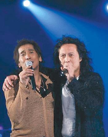 齐秦与鼓手黄建福。图片来源:重庆晚报